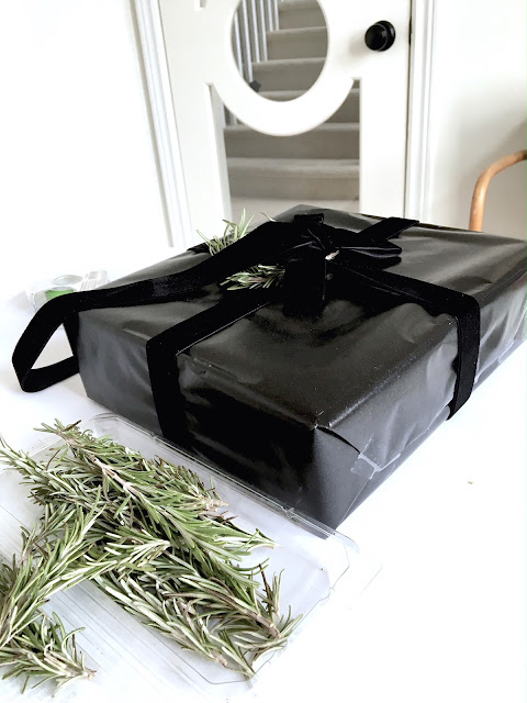 Gift Wrapping Ideas for Christmas: Black paper