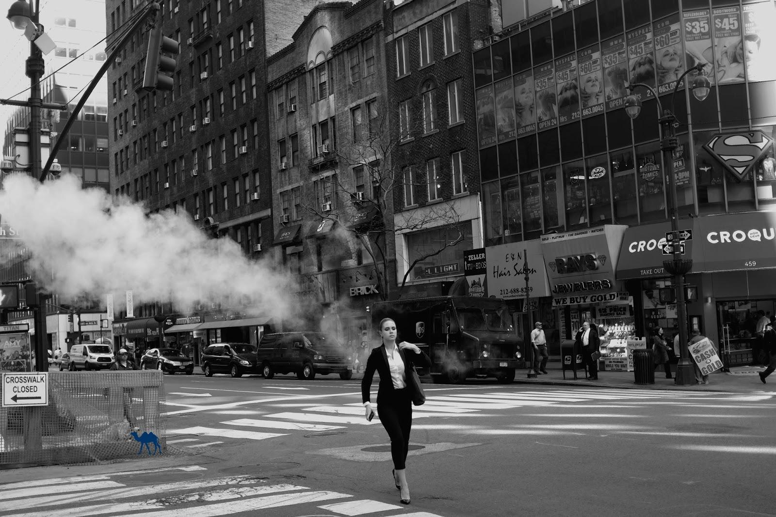 Femme Fumée  New York Manhattan  USA- Le Chameau Bleu