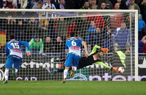 Diego Lopez cản phá thành công cú phạt đền của Messi.
