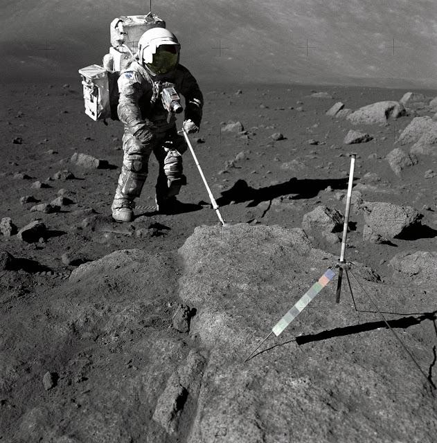"""Harrison """"Jack"""" Schmitt trên Mặt Trăng vào tháng 12/1972. Ông đang thăm dò mẫu đất của Mặt Trăng tại một điểm ở thung lũng Taurus-Littrow trong chuyến đi bộ quãng đường dài của mình. Credit : NASA."""