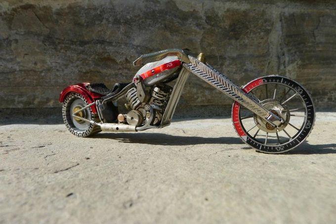 mini motocicleta hecha con partes de relojes.