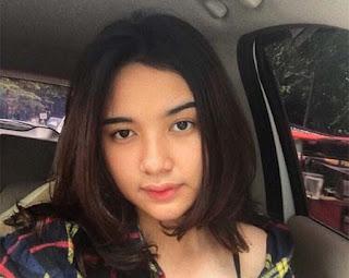 Karen Claudia Rantung di Mobil