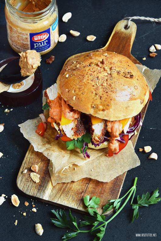 Burger mit Erdnusshähnchen und Erdnusssauce