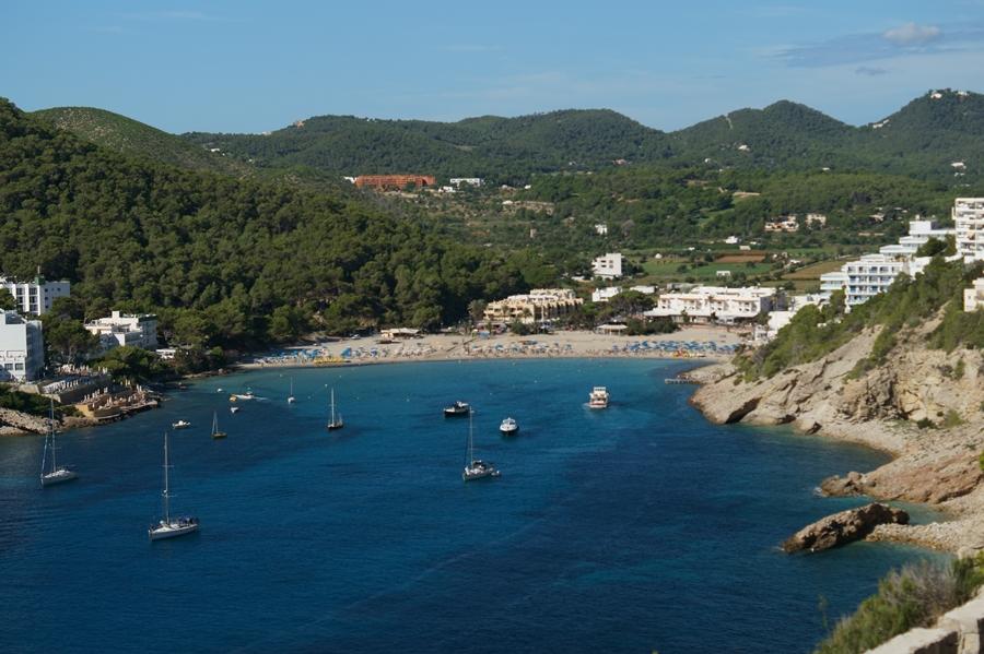 Blog + Fotografie by it's me fim.works - La Isla Blanca Ibiza, Cala Llonga, Bucht und Berge