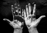 Mani sporche di terra simbolo di una spiritualità cristiana concreta come chiede il Vangelo.