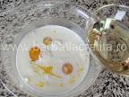 Prajitura cu dulceata preparare reteta - turnam uleiul peste laptele cu oua