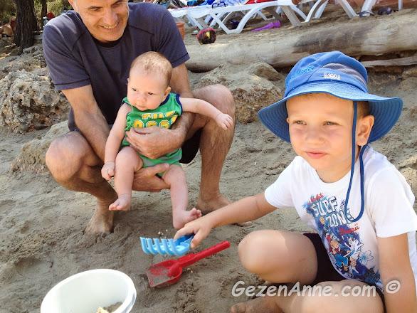 oğlum ve minik bebeğim kumda oynarken, İncekum Muğla