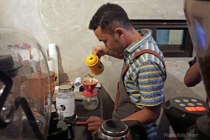 Meracik pesanan kopi