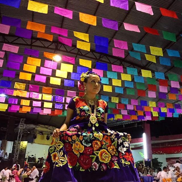 mujer del Istmo en vela Tehuantepec Oaxaca
