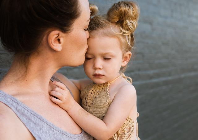 Mutter küsst liebevoll ihre Tochter