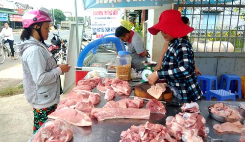 Giá heo hôm nay 12.10 vẫn tiếp tục ở mức thấp. Dự báo, lượng thịt cung cấp cho thị trường sẽ không thiếu, nhưng việc hàng trăm ngàn nông hộ treo chuồng được dự báo kéo theo các vấn đề an sinh xã hội khác. Ảnh: N.V