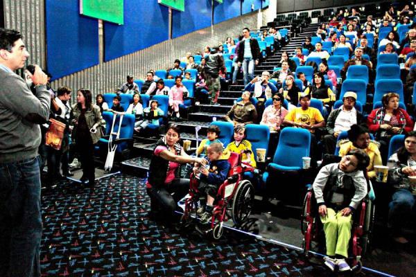 Niños en una sala de cine adaptada a personas con movilidad reducida