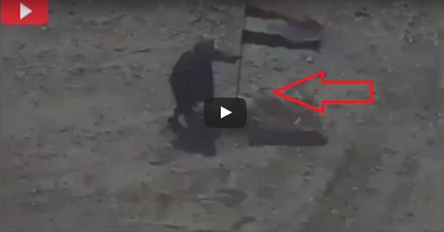 شاهد لحظة قصف داعشي حاول إنزال العلم العراقي بقيت جثة الداعشي في مكان الحادث