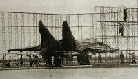 Si comincia a costruire un riparto per nascondere il MiG-25 di Belenko.