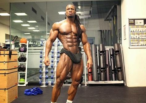 Hombre posando en el gimnasio sin camiseta