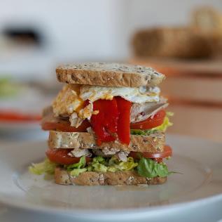 Sandwich con sobras de pavo, cebolla y queso.