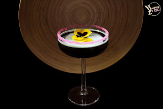 cocteles con vodka coctel corazon negro barman in red