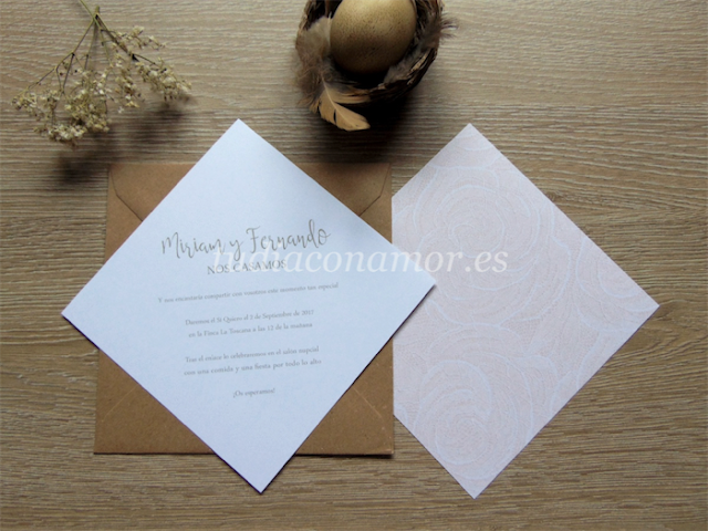 Diseño con estampado de rosas en tela de encaje, perfecto para una boda romántica