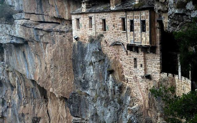 Το μοναστήρι που λαξεύτηκε στο βράχο