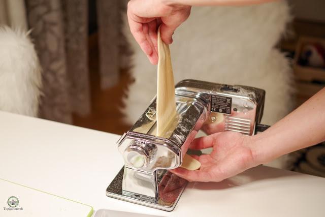 Innviertler Grammelknödel - Nudelteig durch Nudelmaschine treiben - Foodblog Topfgartenwelt