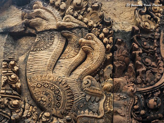 Banteay Srei, gopura del oeste, recinto segundo, nagas de tres cabezas - Angkor, Camboya por El Guisante Verde Project
