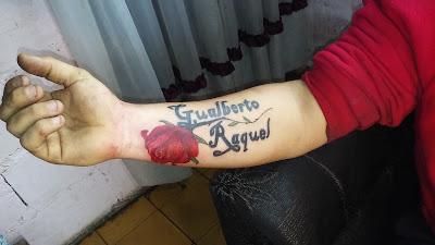 Tatuaje de rosa con nombre Raquel. Gualberto