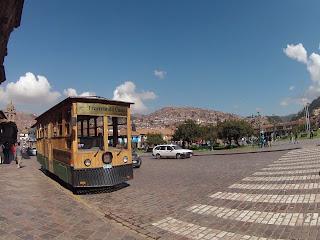 Bondinho de turismo saindo da praça central em Cusco / Peru.