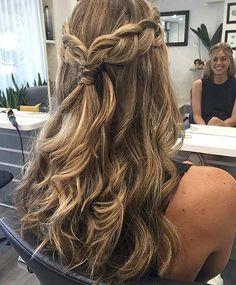 Penteados com trança está cada vez na moda e as blogueiras brasileiras e gringas, estão cada vez mais optando por esse tipo de penteado. E o melhor de tudo é que muitos penteados são super fáceis e você pode fazer sozinha. Aqui você irá encontrar 5 inspirações de penteados fáceis e incríveis com trança.