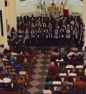 Sob a regência do maestro Ágni de Souza, coro apresentou 15 canções que encantaram a plateia