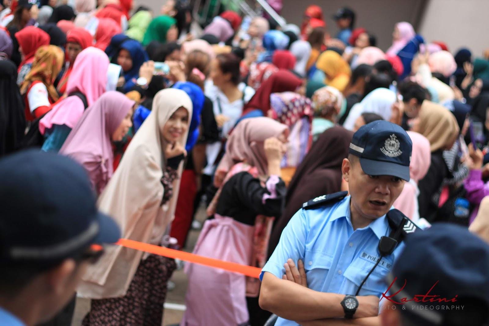 Berjam-jam mereka berdiri disertai hujan yang tak kunjung berhenti pun tak menyurutkan semangat mereka untuk tetap bisa menyuarakan hak pilihnya untuk kemajuan Indonesia.