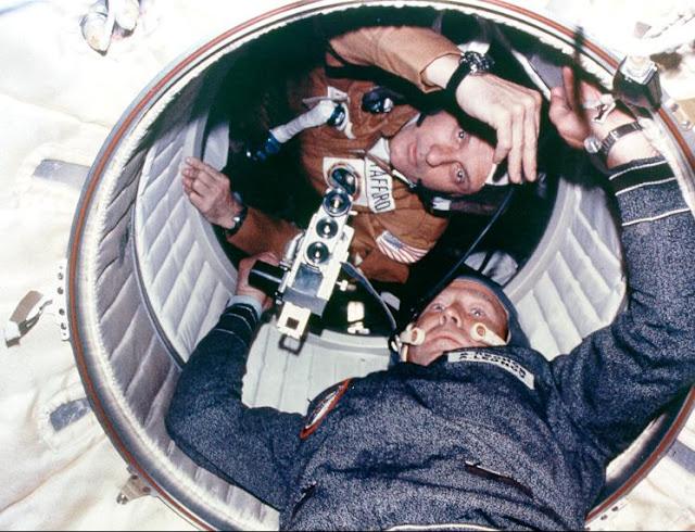 Chỉ huy của hai sứ mệnh bởi hai cường quốc gặp nhau trong không gian. Bản quyền hình : NASA.