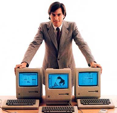 Foto de Steve Jobs con sus primeras PCs