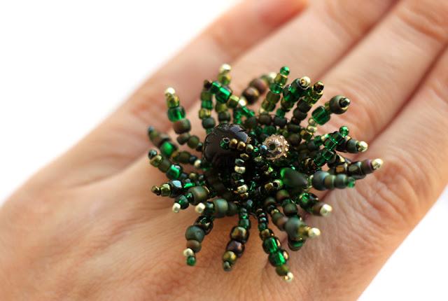 украшения к зеленому бархатному платью купить крупное необычное кольцо безразмерное