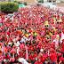 Multidão toma as ruas e transforma Angico em um mar vermelho