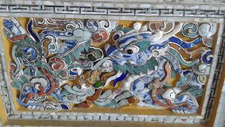 Detalle del techo con los dragones protectores
