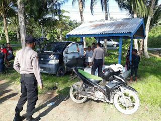 Polisi Tegur Warga Yang Berekreasi di Pantai Holtekam Saat Pembatasan Aktivitas