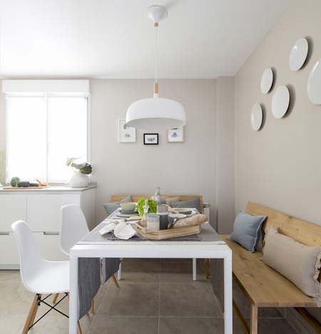 Mesa moderna branca co cadeira eames e banco em madeira