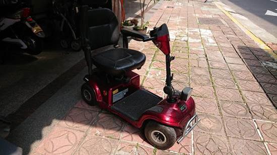 淋溼的電動代步車,可推至太陽下曬乾。