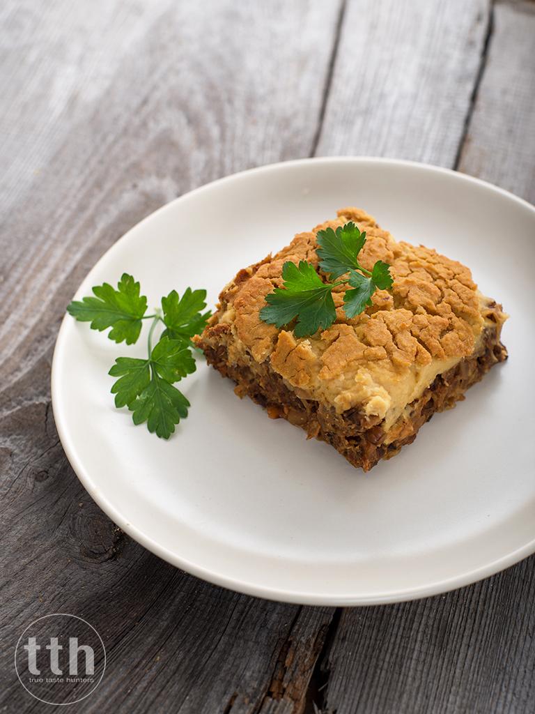 Zapiekanka z kiszonej kapusty i grzybów pod serem z ciecierzycy - przepis