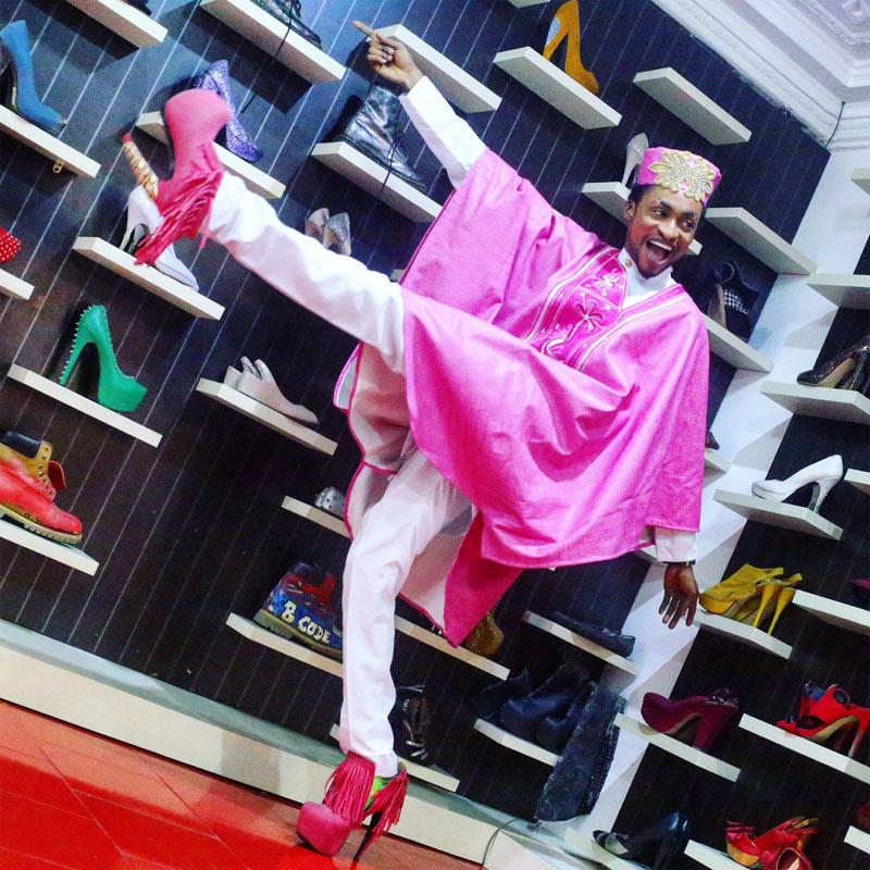 Denrele Edun poses in agbada and matcing pink high heels
