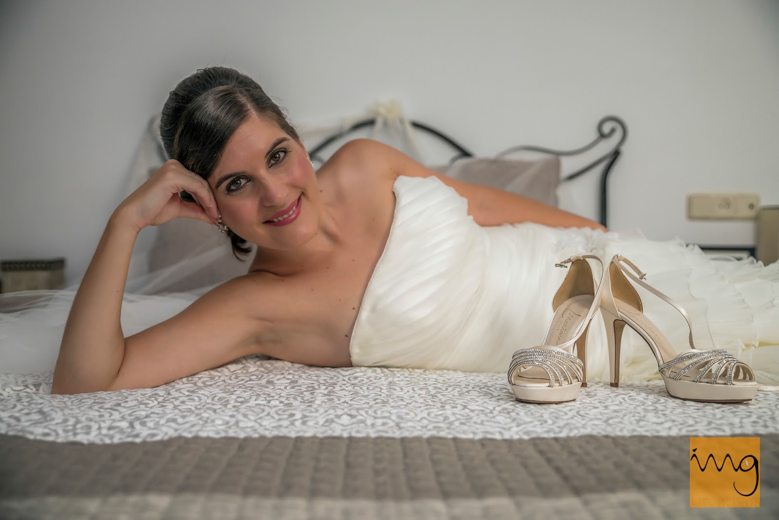 Fotografía de la novia sobre la cama