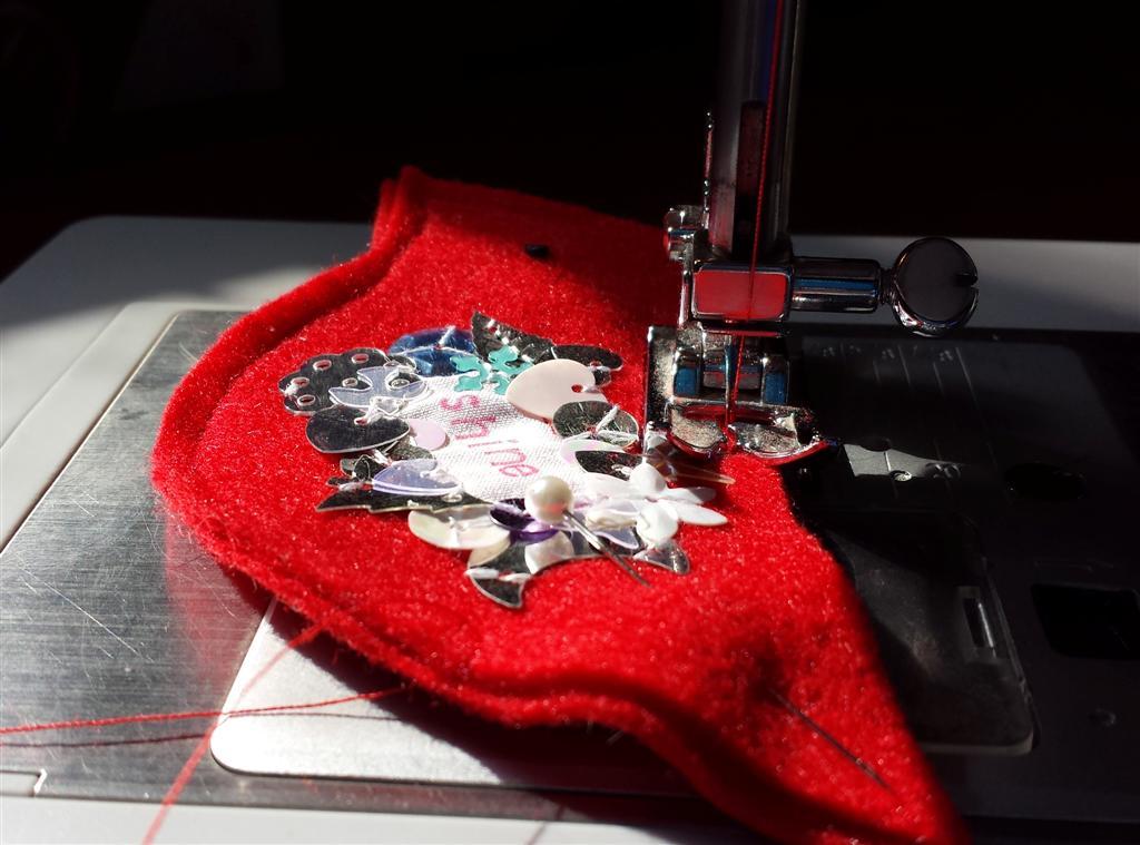 Sewing com lantejoulas e feltro, tutorial para o ornamento vermelho do Natal do pássaro sparkly por refabulous