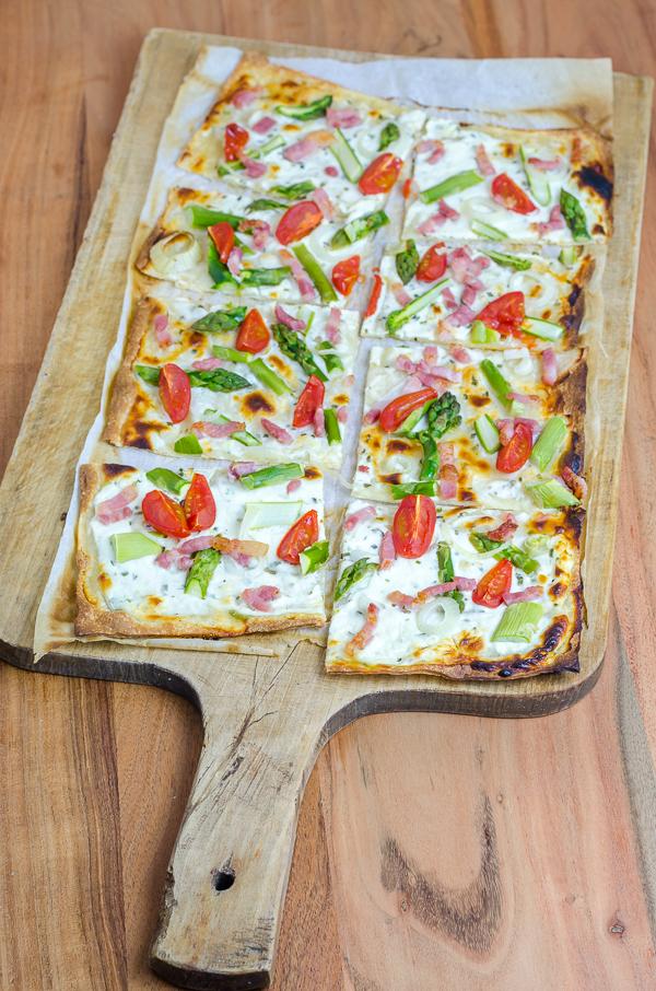Spargel Flammkuchen mit Speckstreifen und Tomaten