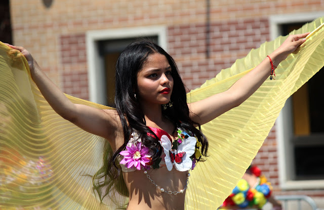 belly dancer en el desfile ecuatoriano de Queens NYC