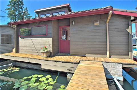 750 Square Foot Seattle Area House Boat