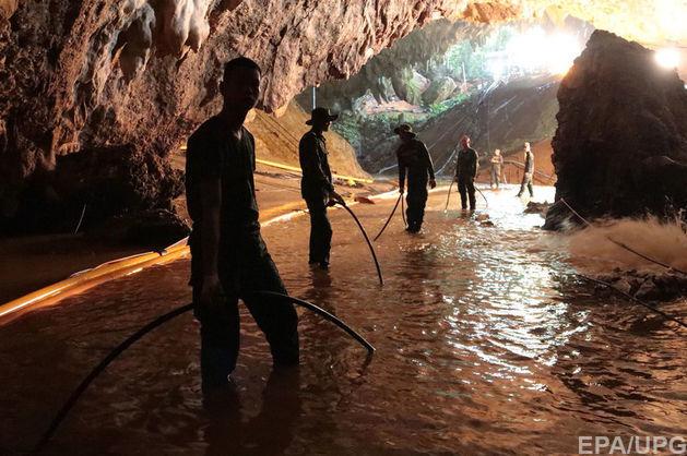 Рятувальники почали евакуацію 12 підлітків-футболістів і їх тренера з печери