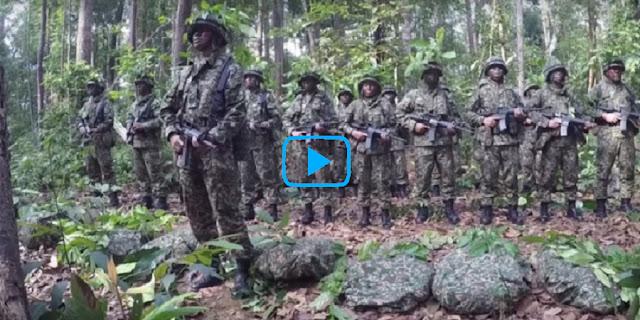 Sholat Di Medan Perang Sambil Kokang Senjata, Tentara-Tentara Ini Getarkan Netizen..!!. Kamu Harus Lihat Ini..!!