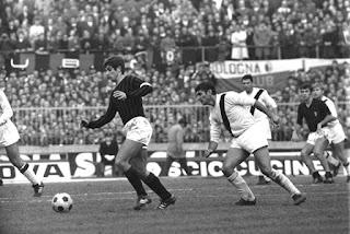 Bulgarelli in azione contro Gianni Rivera.