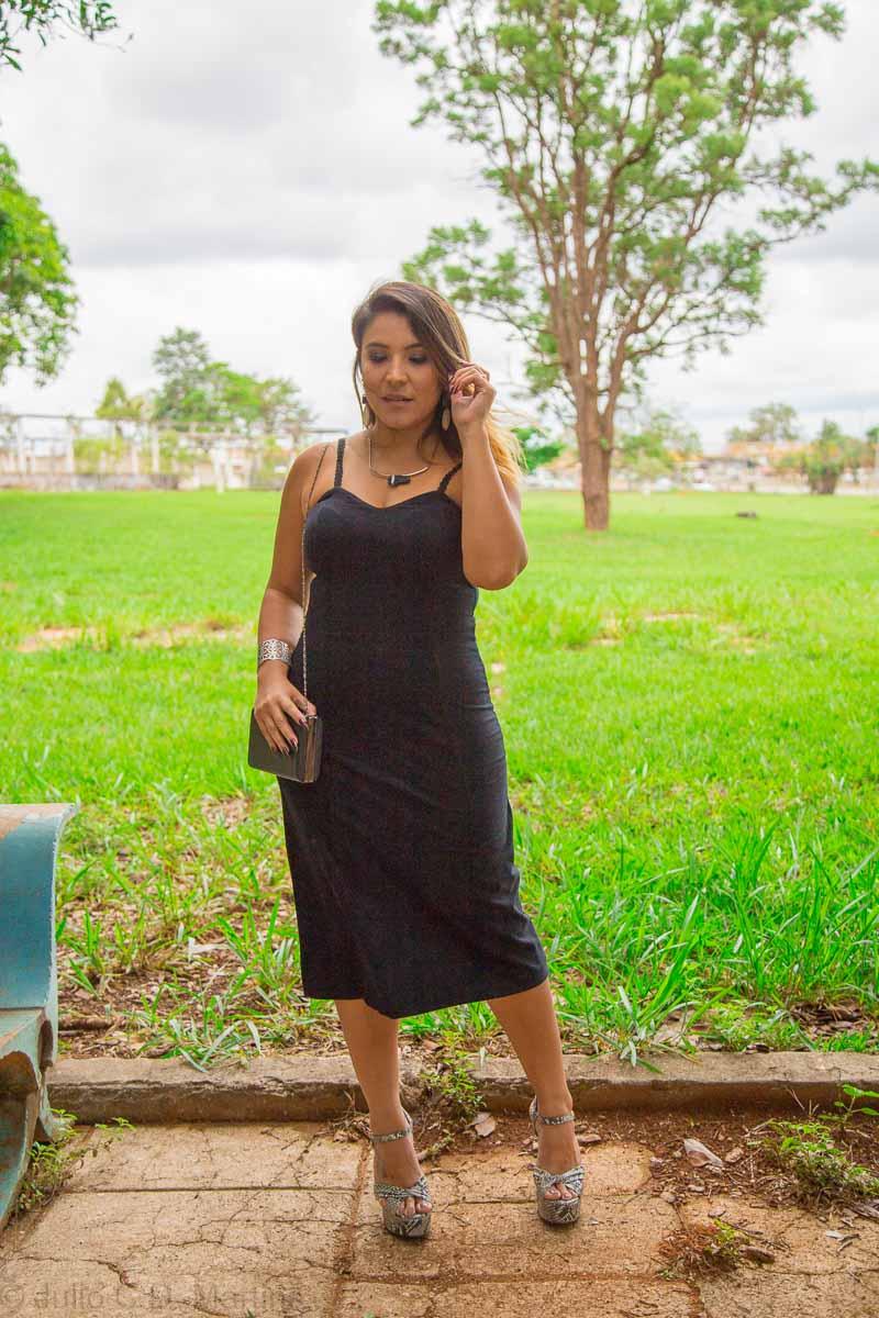 Vestido preto midi de veludo e suas possibilidades
