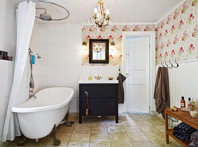 Biały, drewniany domek, wystrój wnętrz, wnętrza, urządzanie domu, dekoracje wnętrz, aranżacja wnętrz, inspiracje wnętrz,interior design , dom i wnętrze, aranżacja mieszkania, modne wnętrza, vintage, shabby chic, białe wnętrza, łazienka, wanna wolnostojąca, wanna na nóżkach